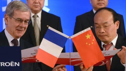 Wu Ping signant l'accord avec le président du directoire de PSA, Philippe Varin.