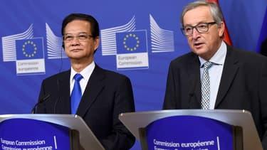 Fin 2015, le Premier ministre vietnamien Nguyen Tan Dung et le président de la Commission européenne Jean-Claude Juncker, marquent la conclusion des négociations de l'accord de libre-échange entre l'UE et le Vietnam