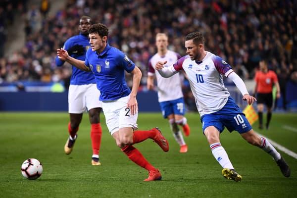 Benjamin Pavard en phase offensive avec l'équipe de France face à l'Islande en mars 2019