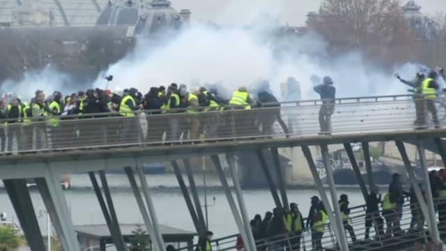 Des affrontements entre policiers et gilets jaunes à Paris