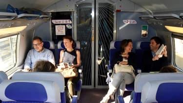 Des passagers à bord du premier TGV vers Bordeaux