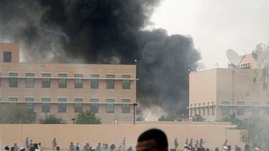 """L'indignation suscitée par la vidéo islamophobe """"L'innocence des musulmans"""" a essaimé vendredi dans le monde arabo-musulman, où de nombreuses ambassades américaines ont été prises pour cibles après la grande prière hebdomadaire, comme ici à Khartoum, au S"""