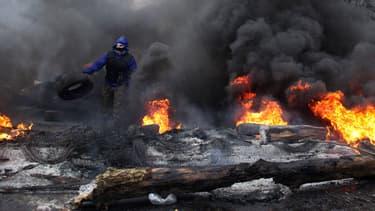 A Slaviansk, un séparatiste pro-russe se prépare à affronter les forces de police ukrainiennes.