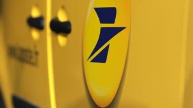 """Une voiture La Poste de marque Renault, deux des entreprises qui figurent dans le top 10 des entreprises les plus """"utiles"""", selon les Français."""