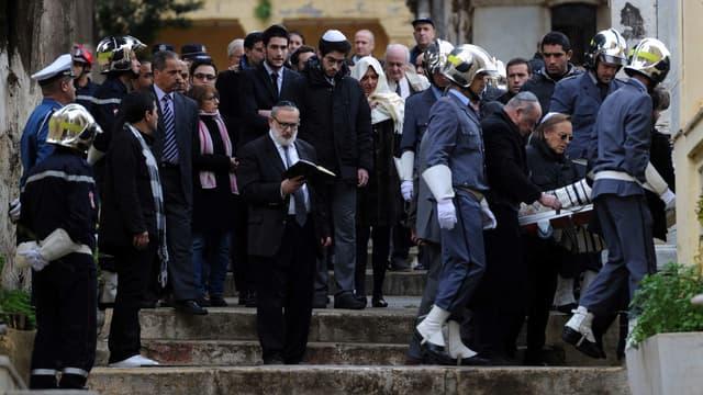 Les proches de Roger Hanin dont le réalisateur Alexandre Arcady lors des funérailles de Navarro vendredi à Alger.