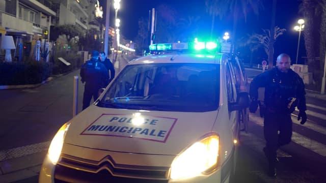 A Nice, les forces de l'ordre tentent de faire respecter le couvre-feu instauré pour limiter la propagation du coronavirus, dans la nuit du 21 au 22 mars 2020