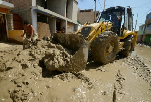 Le 19 mars 2017, un bulldozer à l'oeuvre à Huarmey, à 300 km au nord du Pérou, encerclée par la boue depuis les pluies diluviennes qui ont balayé le pays ces derniers jours