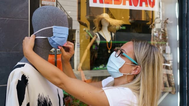 Une vendeuse place un masque surt un mannequin à Aranda de Duero, (Espagne), le 7 août 2020. (photo d'illustration)