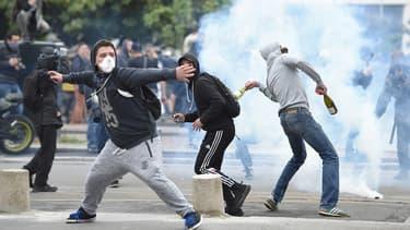 Manifestants envoyant des projectiles contre les forces de l'ordre, le 17 mai 2016 à Nantes.