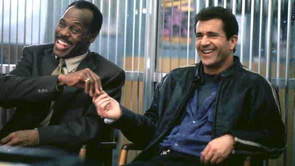 "Danny Glover et Mel Gibson dans ""L'arme fatale 4"", en 1998"