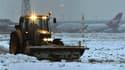 A l'aérpoport londonien d'Heathrow, lundi. Le trafic aérien et les liaisons ferroviaires internationales sortent peu à peu du chaos provoqué par la neige et le froid en Europe mais la polémique enfle sur l'impréparation des transports. /Photo prise le 21