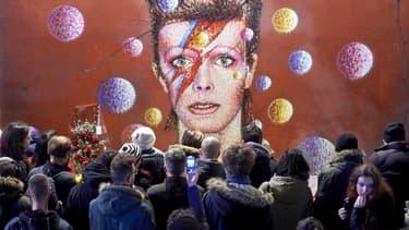 Rassemblement devant une peinture murale de James Cochran.
