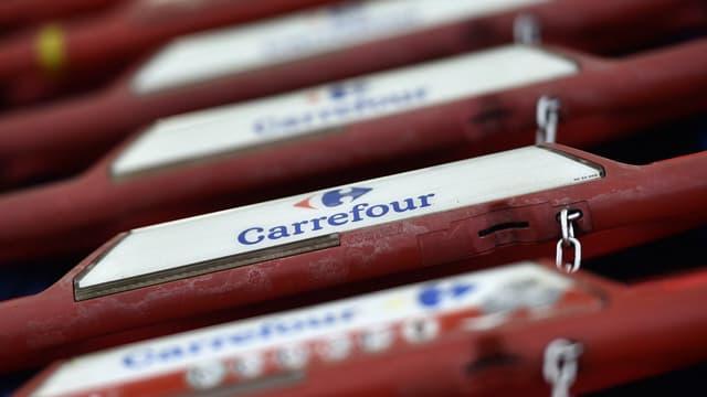 Des chariots chez Carrefour.