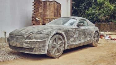 Un artiste a réalisé ce BMW Z4 de 5 mètres de long en briques.