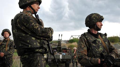 Des soldats ukrainiens attendent à l'entrée de Slaviansk.