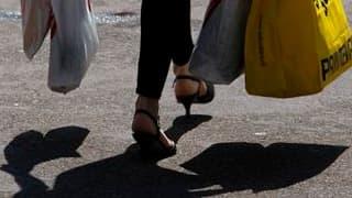 Soutenu par la désinflation et les mesures gouvernementales en faveur de la consommation, le pouvoir d'achat des Français a nettement augmenté en 2009 mais il devrait ralentir en 2010, selon l'Insee. /Photo d'archives/REUTERS/Vincent Kessler