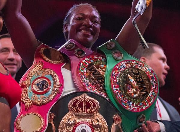 Claressa Shields avec ses ceintures de championne du monde unifiée des poids moyens