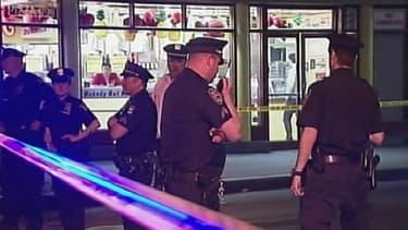 Les lieux du crime, cernés par de nombreux policiers.
