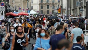 Des piétons portant des masques dans les rues de Paris le 19 septembre
