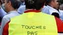Manifestation contre les nouvelles mesures de sécurité routière à Paris. Selon le ministre de l'Intérieur Claude Guéant, le gouvernement ne renoncera pas à sa décision de retirer les panneaux routiers signalant la présence de radars, alors que des députés