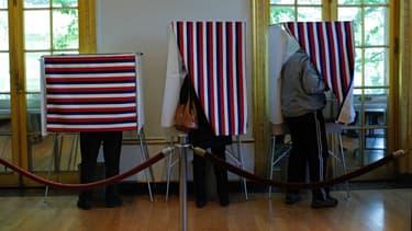 Des Français votent au Consulat de France à New York, le 6 mai.