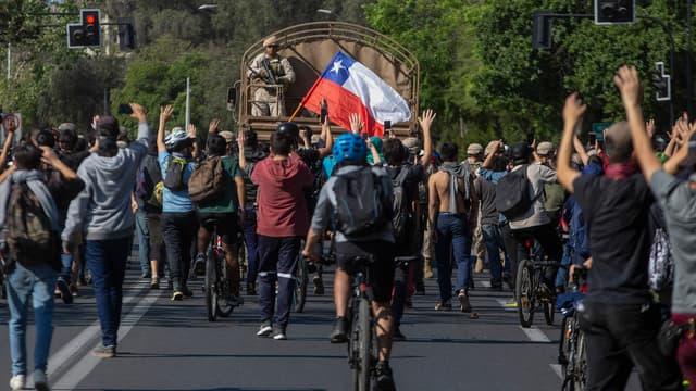 L'armée face aux manifestants au Chili.