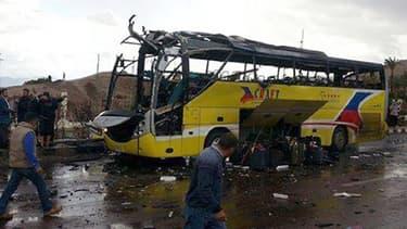 Au moins trois touristes étrangers ont été tués dans une explosion visant leur bus près de la station balnéaire de Taba dans le Sinaï égyptien.