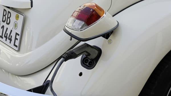 Le port de recharge caché derrière le phare arrière droit, détail amusant sur cette e-Beetle.