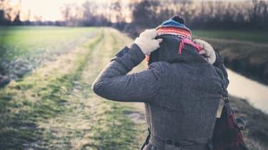 Une femme emmitouflée dans un bonnet et une écharpe (Photo d'illustration).