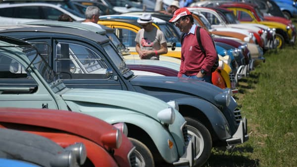Imaginé avant la seconde guerre mondiale par Citroën, caché par les ingénieurs pour échapper à l'Allemagne nazie, le projet a été mené à bien après-guerre.