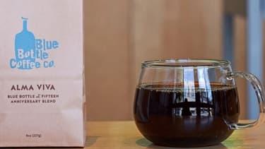 Blue Bottle est à la fois un torréfacteur et un détaillant de spécialités de café haut de gamme, qui exploite des bars à café dans les principales villes des États-Unis et au Japon