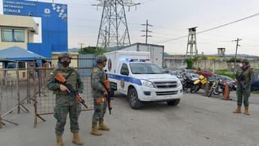Une ambulance médico-légale sort du centre de privation de liberté de la zone 8 à Guayaquil, en Équateur, le 23 février 2021.