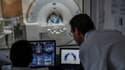 Des médecins supervisant une IRM.