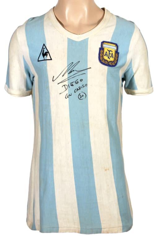 Le premier maillot que Maradona a porté dans une Coupe du monde, mis aux enchères