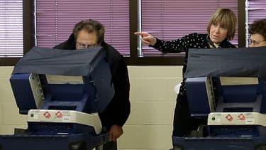 Des citoyens américains votent de façon anticipée dans un bureau de vote de Chicago, dans l'Illinois, le 31 octobre 2016.