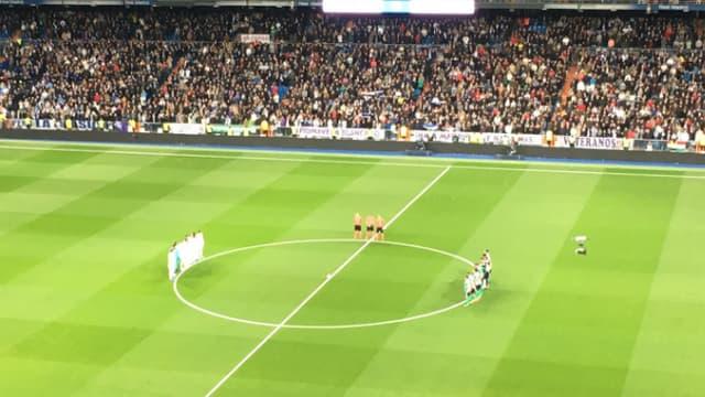 Les joueurs du Real Madrid et du Bétis Séville, au milieu de la pelouse du stade Santiago-Bernabeu, pour rendre hommage à Raymond Kopa.