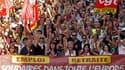 Manifestants contre la réforme des régimes de retraite, jeudi à Marseille. Selon son porte-parole Luc Chatel, le gouvernement ne sous-estime pas la mobilisation contre son projet mais il maintient le calendrier de la réforme tout en restant à l'écoute. /P