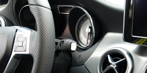 Le levier de vitesses automatique derrière le volant libère la console centrale.