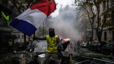"""Le gouvernement appelle les gilets jaunes à suspendre les manifestations alors que le plan vigipirate est passé en """"urgence attentat""""."""