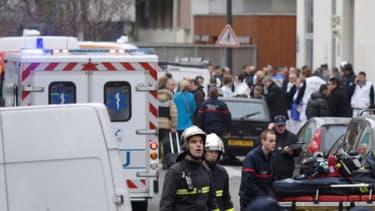 Secours et forces de l'ordre affluent devant le siège de Charlie Hebdo, le 7 janvier, après la fusillade.