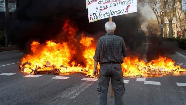 En marge d'une grève générale qui a paralysé jeudi une partie de l'Espagne, des protestataires ont incendié des poubelles et jeté des chaises appartenant à des cafés à Barcelone (photo) et à Madrid, où des échauffourées ont été signalées. /Photo prise le
