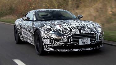 La nouvelle Aston Martin DB11 dévoile ses lignes pour la première fois.