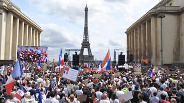 Des manifestants contre le pass sanitaire rassemblés au Trocadéro, à Paris, le 24 juillet 2021.