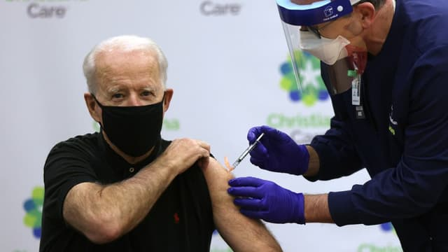 Joe Biden lors de l'administration de sa deuxième dose de vaccin contre le Covid-19, le 11 janvier dernier.