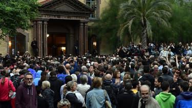 Des Barcelonais attendent à l'aube l'ouverture d'un bureau de vote installé dans une école, le 1er octobre.