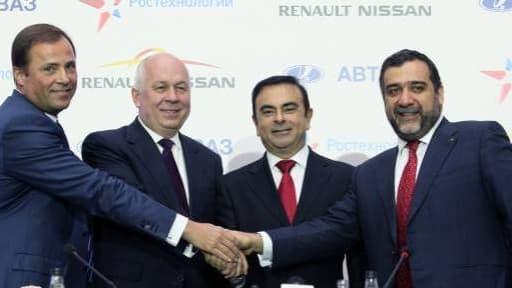 Carlos Ghosn (deuxième en partant de la droite) et l'équipe dirigeante d'Avtovaz, en décembre 2012, lors de la signature de l'accord permettant à Renault de prendre le contrôle du constructeur russe.