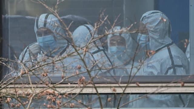 Des membres de l'Organisation mondiale de la santé (OMS) lors d'une mission d'investigation pour décourvrir l'origine du virus, à Wuhan (centre de la Chine) le 2 février 2021.
