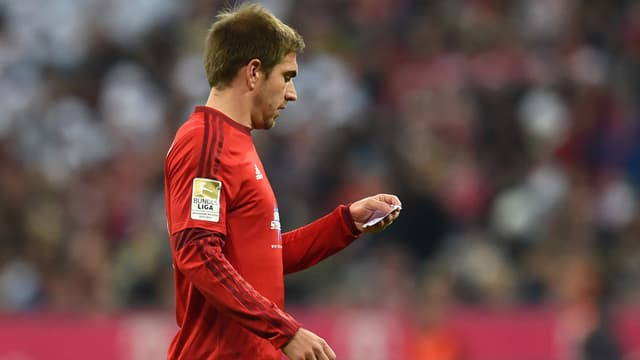 Philipp Lahm en train de lire la note que lui a laissée Pep Guardiola