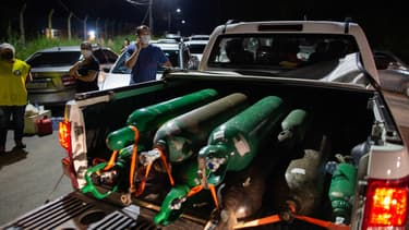 Bombonnes d'oxygène à Manaus.