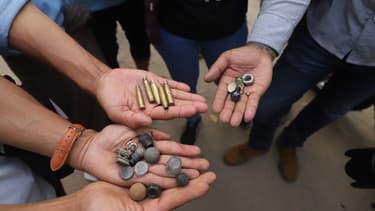 Des manifestants birmans montrent les munitions qu'ils ont ramassées lors de la manifestation à Mandalat, samedi 20 février 2021